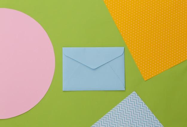 Envelope em fundo de papel colorido criativo. minimalismo