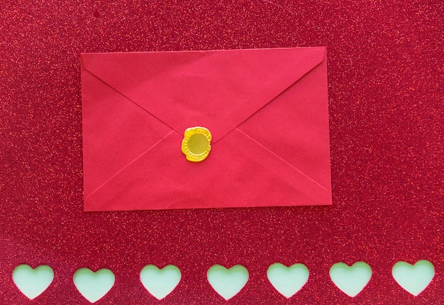 Envelope em papel com corações cortadas