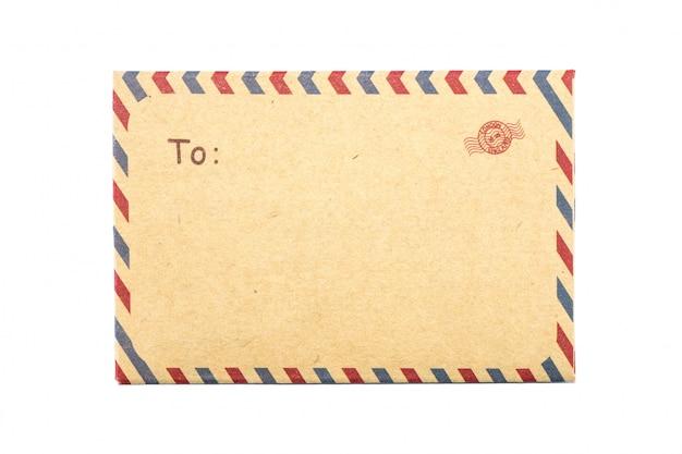 Envelope marrom closeup isolado no branco