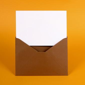 Envelope marrom com cartão de mensagem em branco