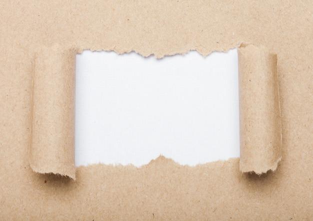 Envelope marrom com peças rasgadas para closeup de sinal de motivação