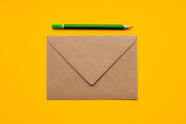 Envelope marrom e lápis verde simples
