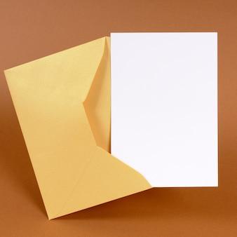 Envelope ouro com cartão de mensagem em branco