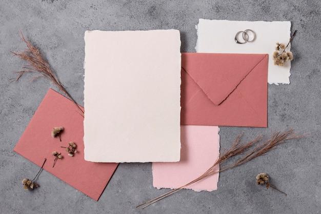 Envelope plano e alianças de casamento