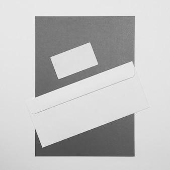 Envelope plano e arranjo de cartão