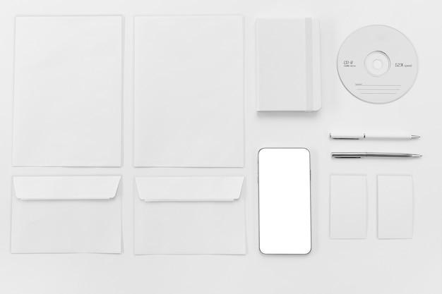Envelope plano e disposição do telefone