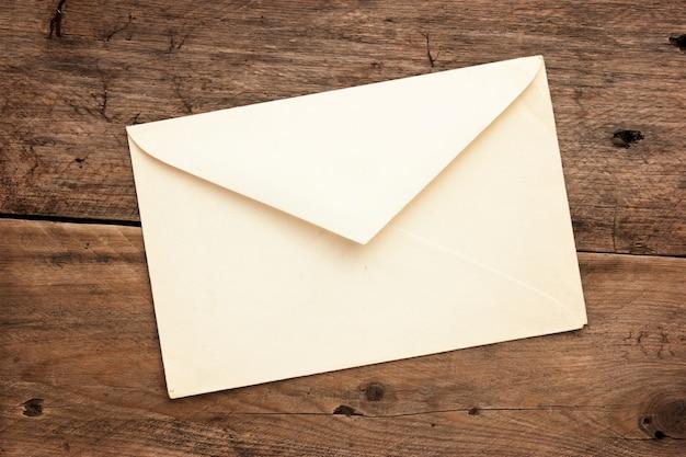 Envelope postal antigo em fundo de madeira