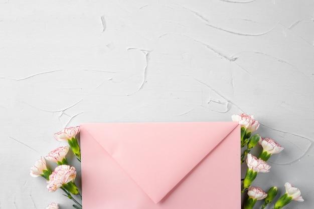 Envelope rosa com flores