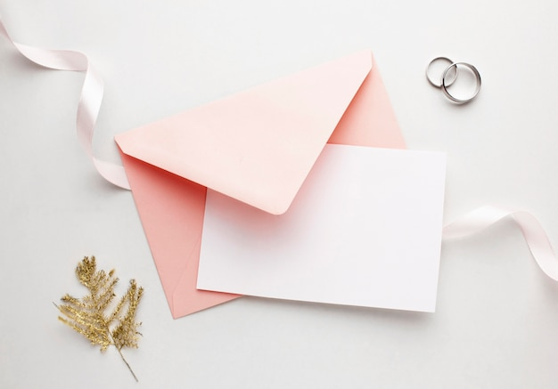 Envelope rosa e fita salvam o conceito de casamento de data