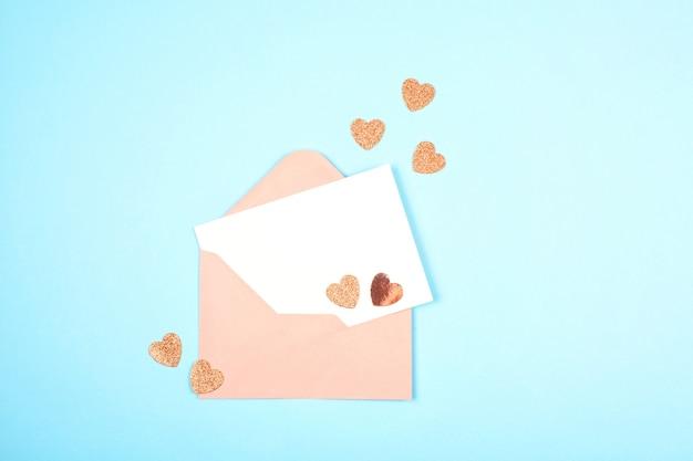 Envelope vazio e cartão com corações
