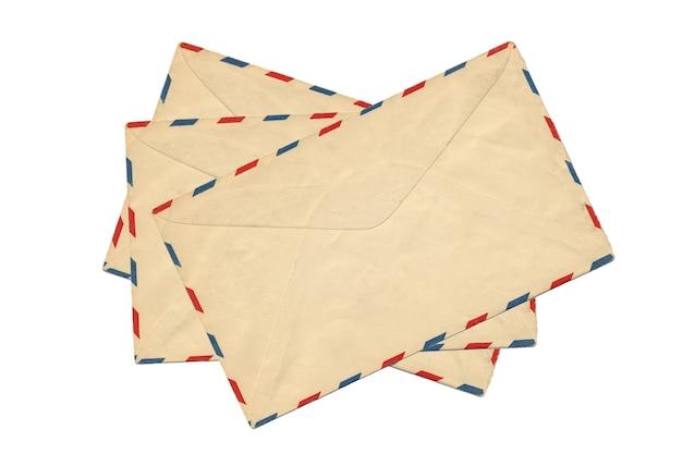 Envelope velho do correio aéreo isolado no fundo branco