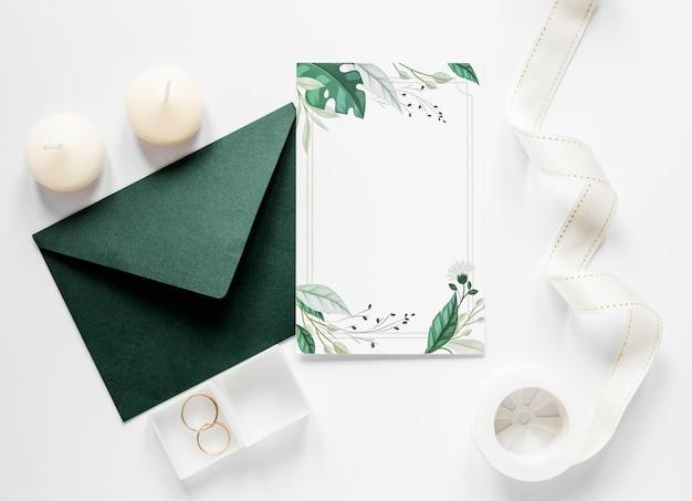 Envelope verde com convite de casamento