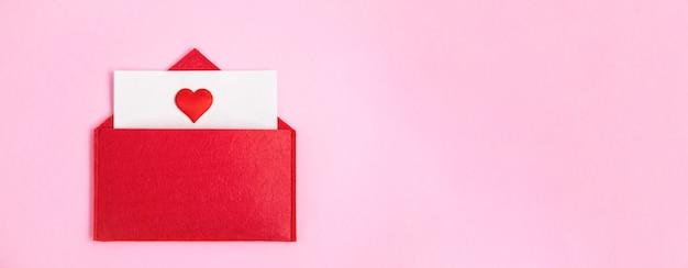 Envelope vermelho banner aberto com uma folha de papel com um coração em um fundo rosa