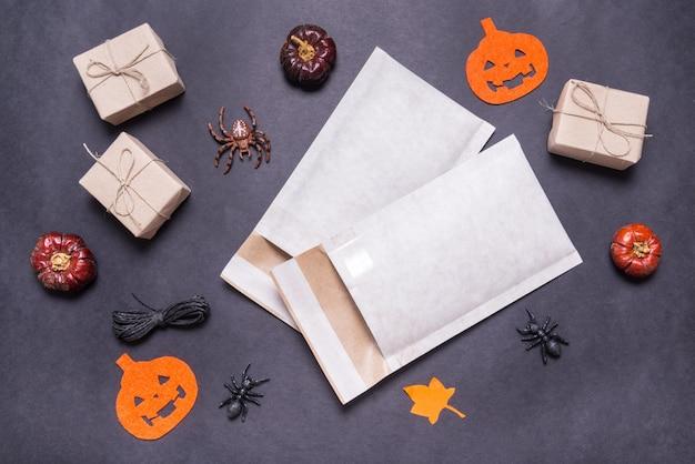 Envelopes acolchoados usados para presente de halloween