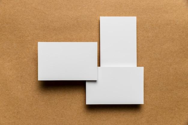 Envelopes brancos simplistas em fundo de madeira