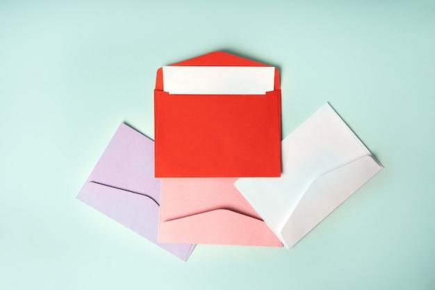 Envelopes coloridos sobre fundo azul. composição de estilo minimalista, vista superior, conceito de correio