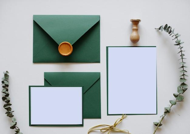 Envelopes com cera, carta e folhas