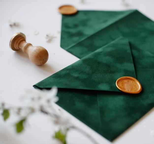 Envelopes com cera e folhas