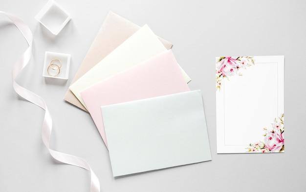 Envelopes com convite de casamento