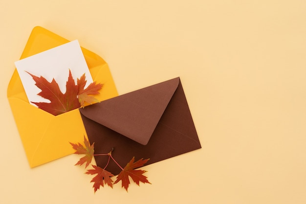 Envelopes com folhas de outono