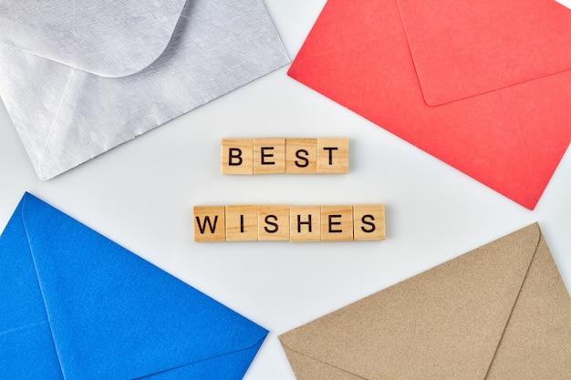 Envelopes com os melhores votos. envelopes coloridos de tiro vertical em fundo branco.