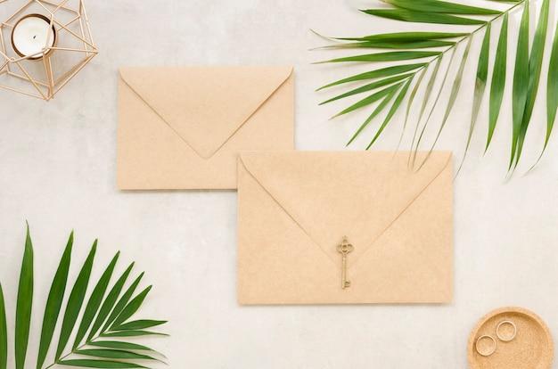 Envelopes de casamento com folhas de palmeira