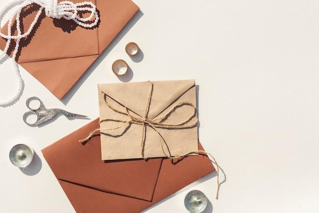 Envelopes de casamento marrom no fundo branco com espaço de cópia