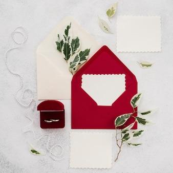 Envelopes de convite de casamento vista superior com anéis