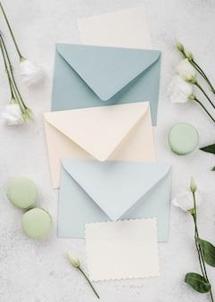Envelopes de convite de casamento vista superior com flores