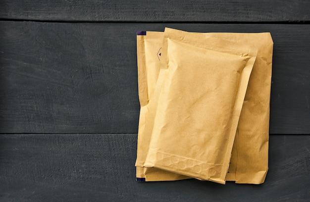 Envelopes de papel de tamanhos diferentes com espaço para cópia
