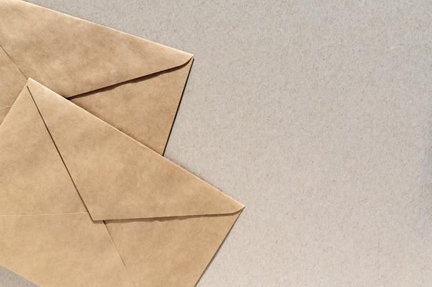 Envelopes de papel em fundo marrom com espaço de cópia