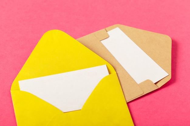 Envelopes de papel em um fundo colorido rosa