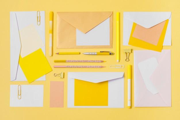 Envelopes de vista superior e arranjo de canetas