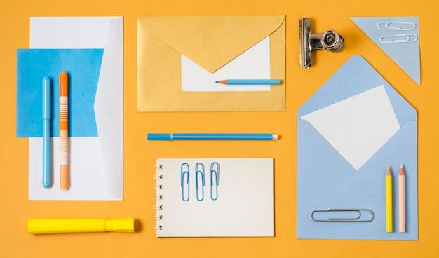 Envelopes e clipes de papel de vista superior