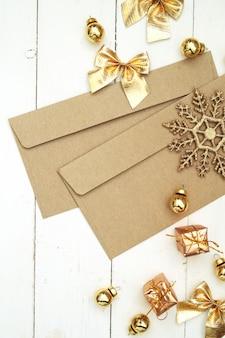 Envelopes e decorações dourados
