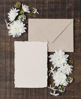 Envelopes e flores planas