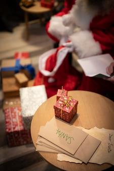 Envelopes e presentes de natal de alto ângulo