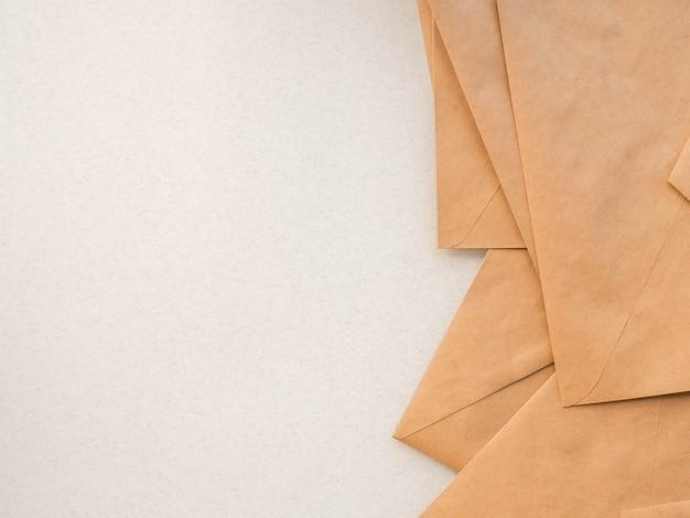 Envelopes kraft deitar como pano de fundo
