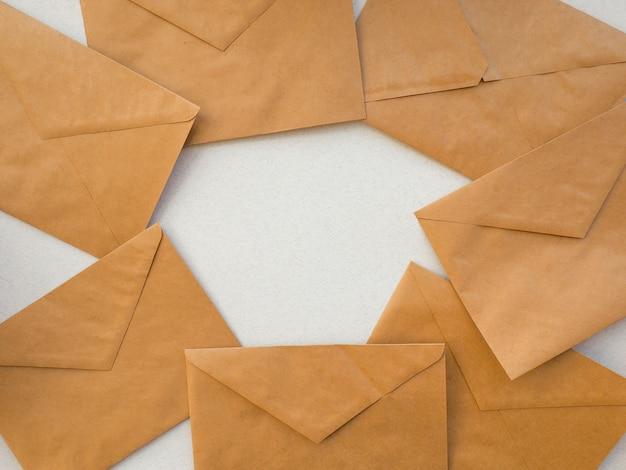 Envelopes kraft deitar como um quadro de fundo