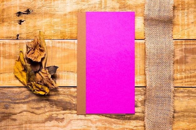 Envelopes planos leigos e serapilheira com fundo de madeira