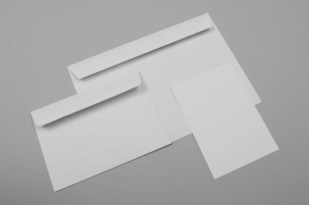 Envelopes vazios de alto ângulo e papel