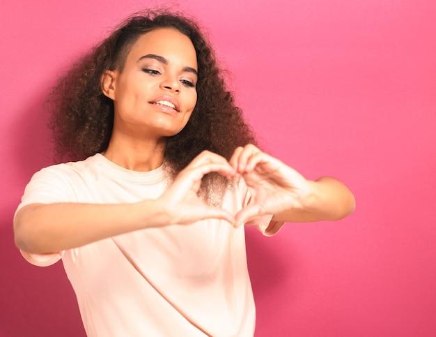 Enviando amor com gestos. jovem afro-americana