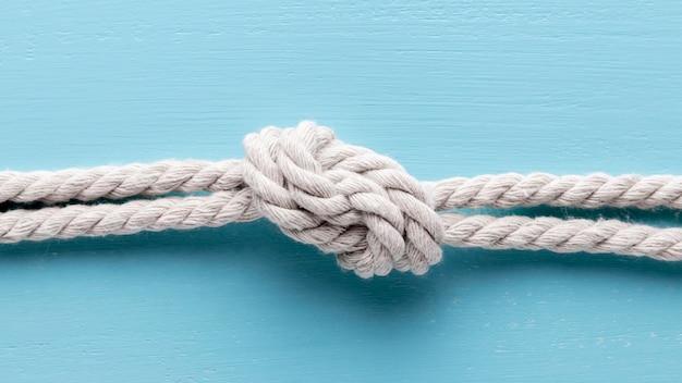 Envie cordas brancas com um nó