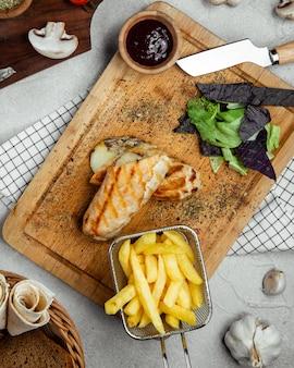 Envoltório de carne servido com batatas fritas