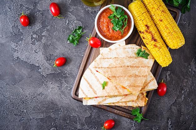 Envoltório mexicano de quesadilla com frango, milho, pimentão e molho de tomate.