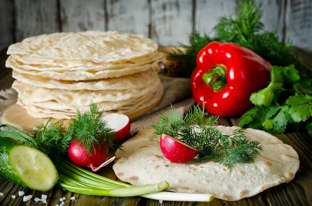Envoltórios de tortilha com legumes