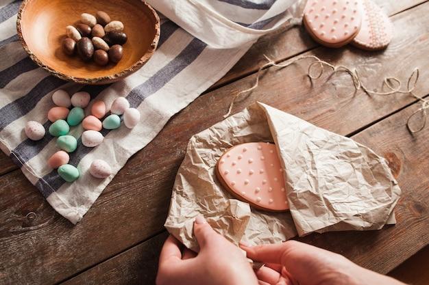 Envolvendo biscoito de ovo em papel
