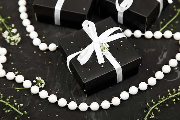 Envolvendo presentes modernos de natal ou aniversário presentes.