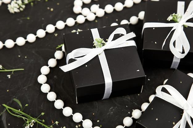 Envolvendo presentes modernos dos presentes do natal ou de aniversário.
