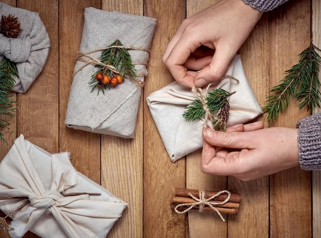 Envolvimento de mãos em brindes têxteis com decoração vegetal